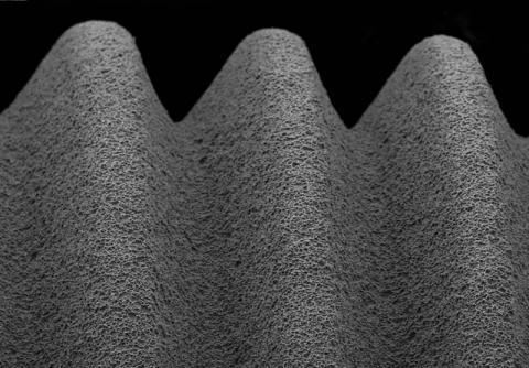 Abbildung: Endbearbeitete Oberfläche eines Dentalimplantates aus Reintitan 100 fache Vergrößerung